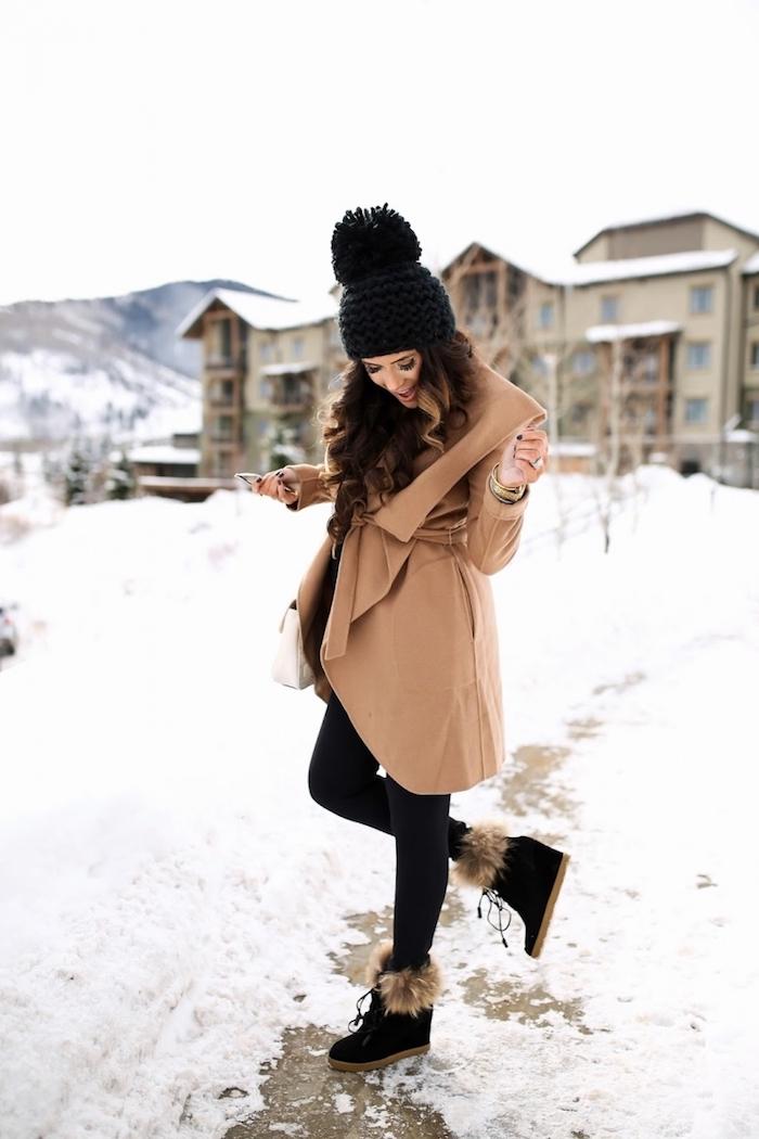 komplette outfits damen, hohe stiefel mit fell, beige mantel, schwarze gestrickte mütze