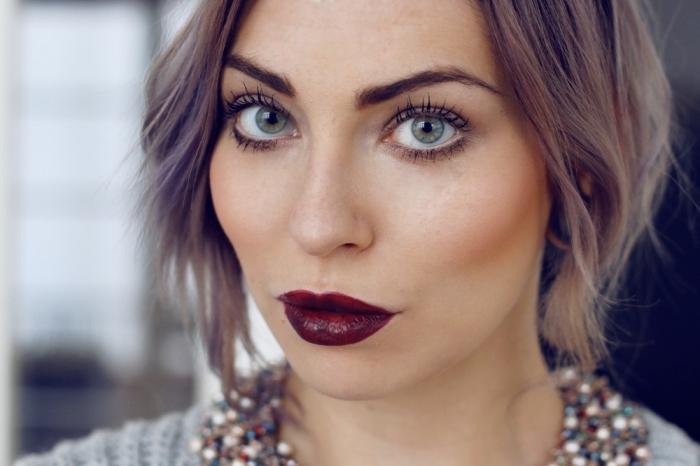 große blaue augen mit schwarzem mascara, hellbraune haare, welcher lippenstift passt zu mir