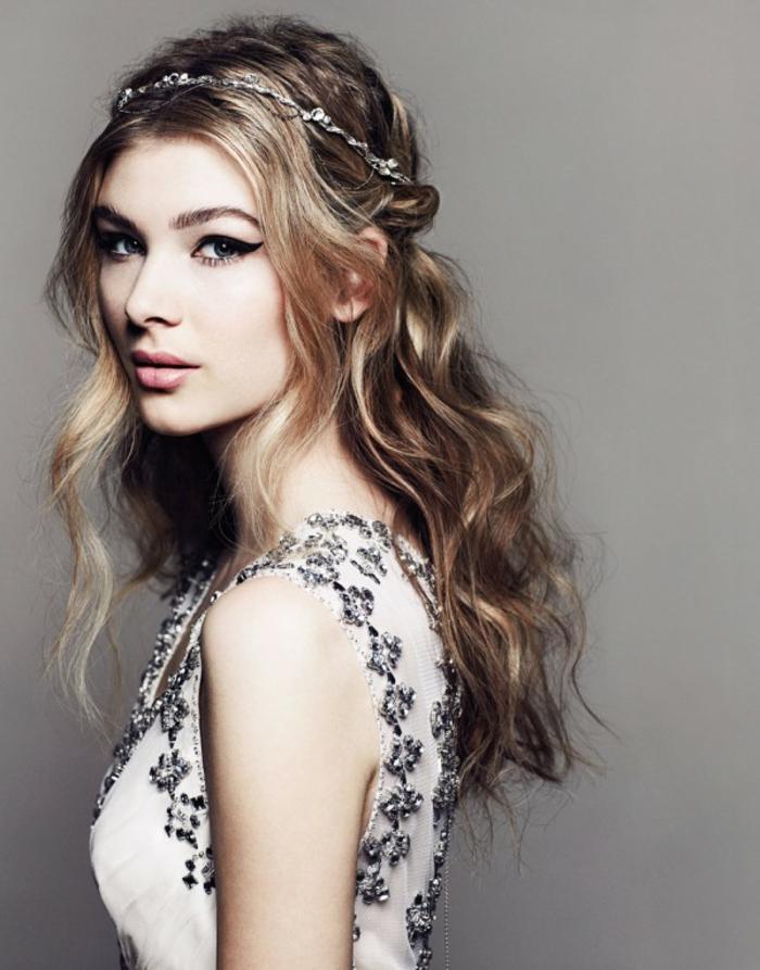 Flechtfrisuren lange Haare, Frau mit schönem Make up, dünner Haarschmuck, Zöpfe am Genick