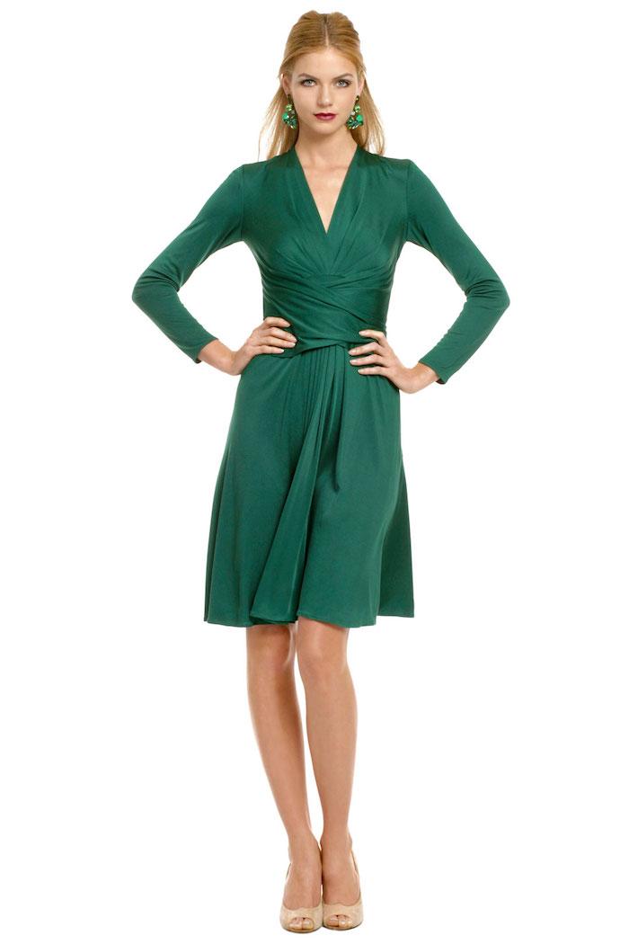 abendkleider hochzeit grünes knielanges kleid absatzschuhe beige ideen grüne ohrringe