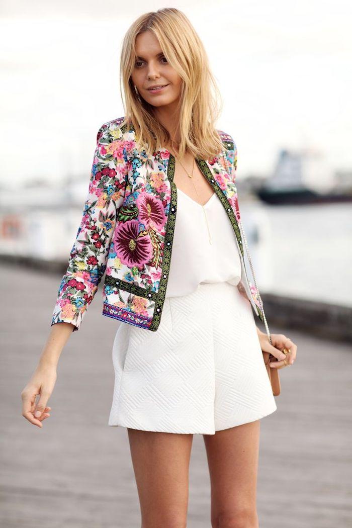 jumpsuit hochzeit idee in weiß mit buntem blazer verzieren, damit nur die braut weiß trägt
