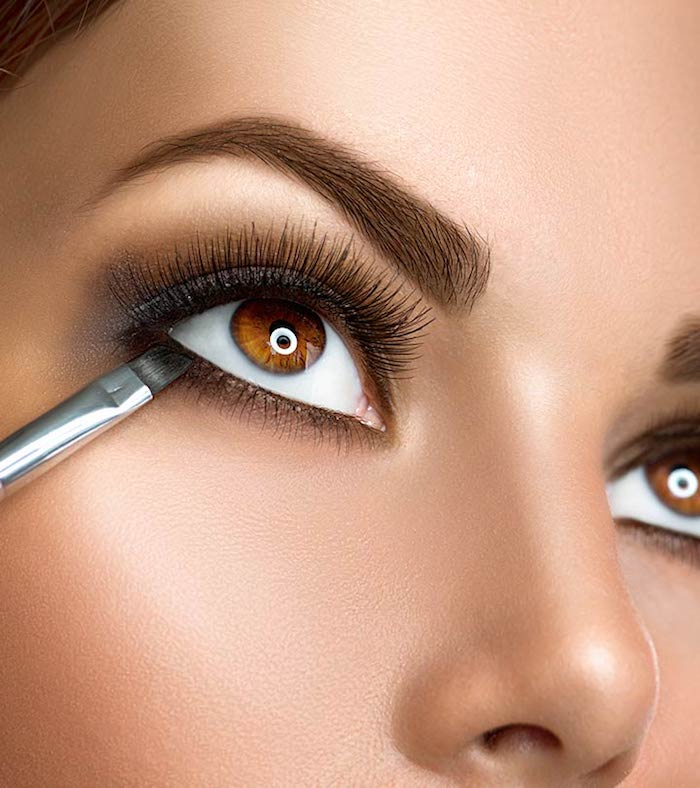 Grauen Lidschatten auftragen, braune Augen schminken, schwarze Mascara, olivfarbener Teint