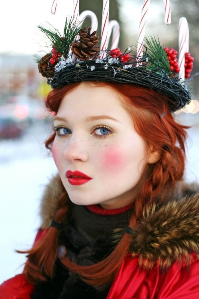 dunkelroter lippenstift, hellrote wangen, kranz auf dem kopf, rote haare, jacke mit flauschigen elementen