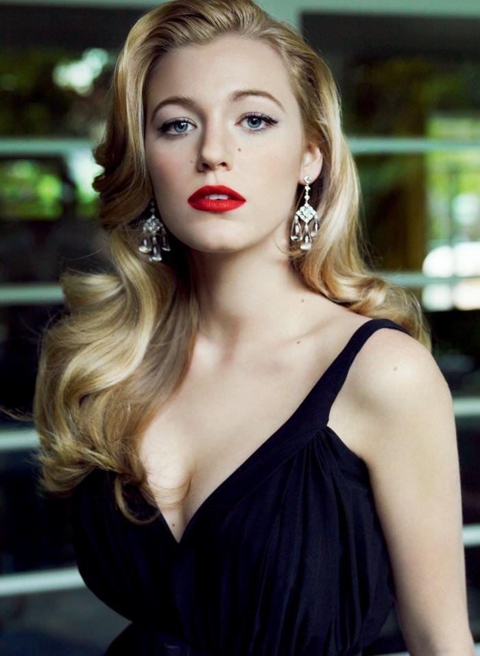 dunkelroter lippenstift auf den lippen von blake lively lange blonde haare lockig schwarzes kleid