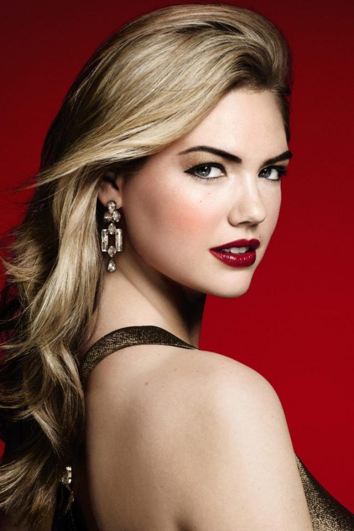 wasserfester lippenstift in dunklen nuancen des roten, blonde haare, lange haare, ohrringe