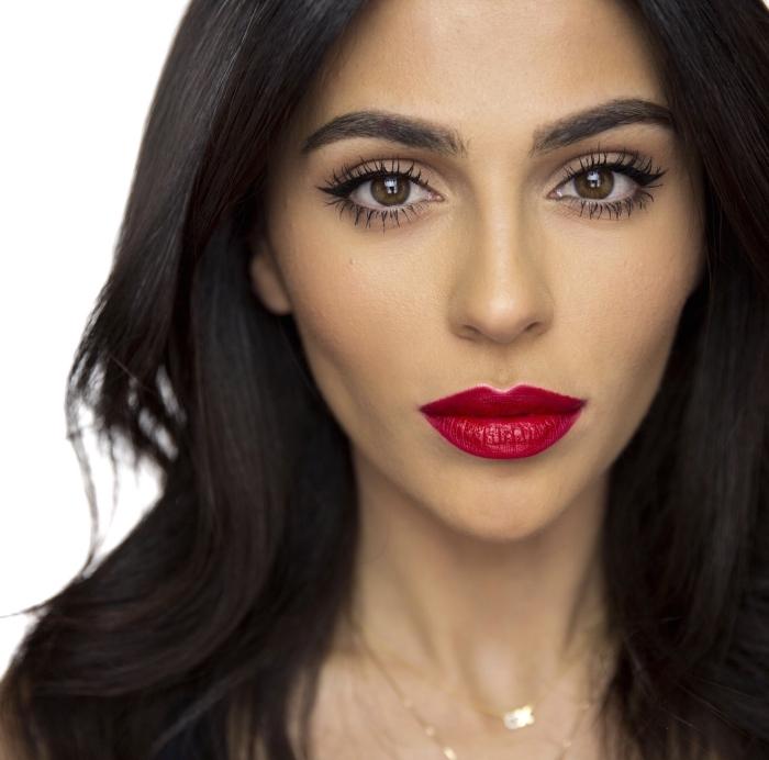 wasserfester lippenstift in roter mattfarbe schön geschminkte dame wangen mit rouge unterstreichen, lange wimpern