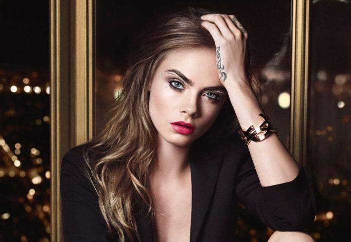 lippenstift richtig auftragen, armband, dezente locken, braune und goldene haare, blaue augen