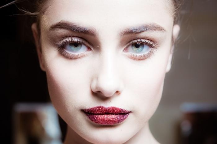 schminkideen rote lippen, lippenstift richtig auftragen, rote lippen schön halten, gesättigte farbe