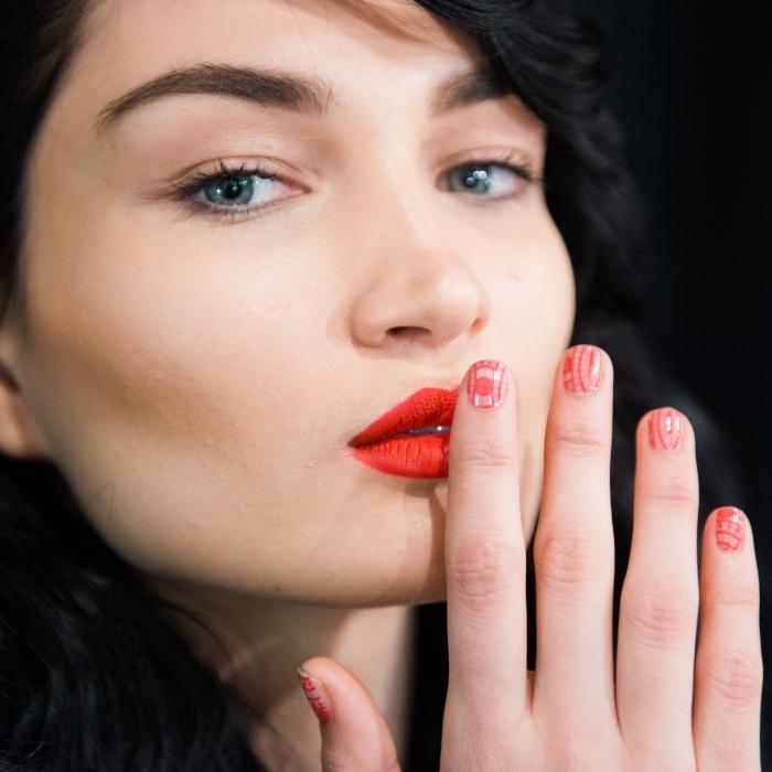 wie kann ich lippenstift richtig auftragen, schöne schminke für die damen, blaue augen, dunkelbraune augenbrauen