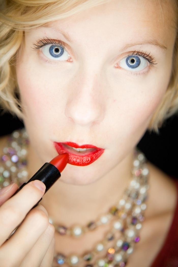 lippenstift richtig auftragen schöne bilderideen zum schminken blaue augen blonde haare dame