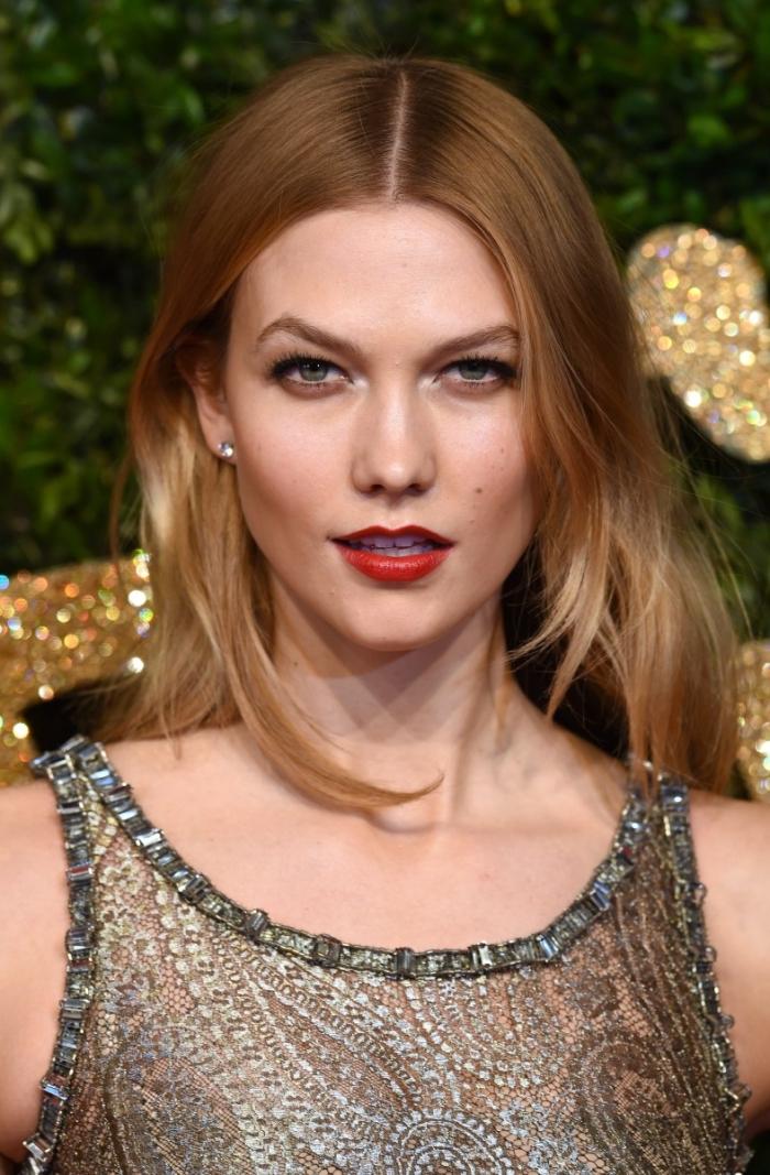 rote lippen schminken ideen für elegante damen, carlie kloss schönes kleid auftritt