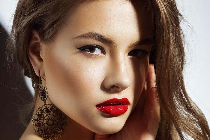 moderne damen mode bei der schminke trendfarben rote lippen, braune wangen dunkelbraune augenbrauen