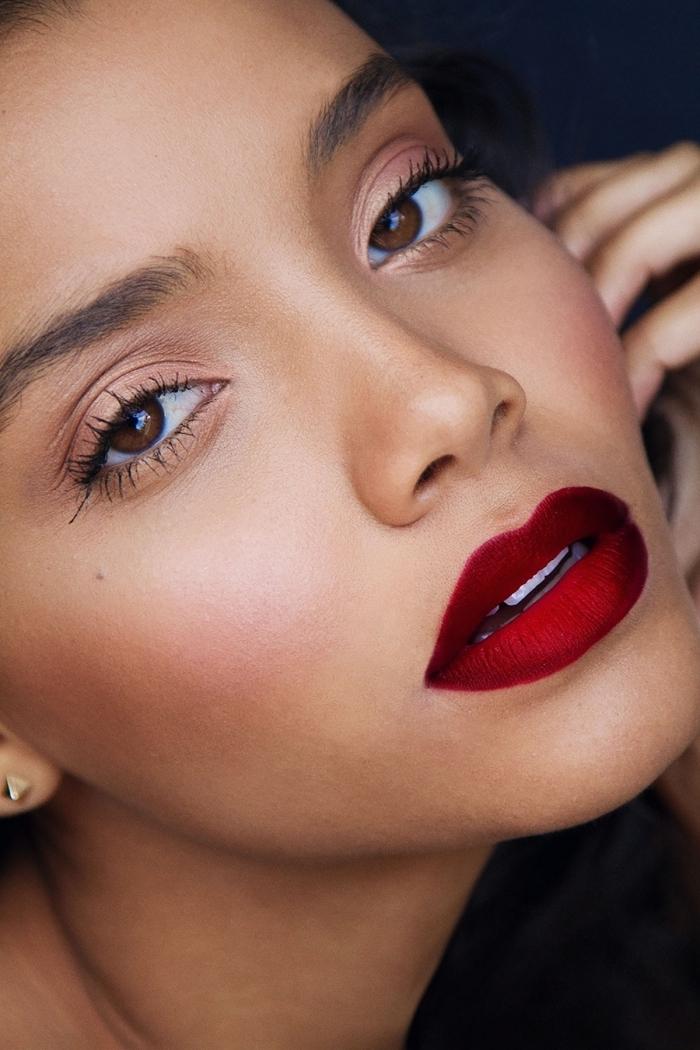 nude make up trendfarben natürlicher look mit roten lippen und hautfarbe lidschatten mascara