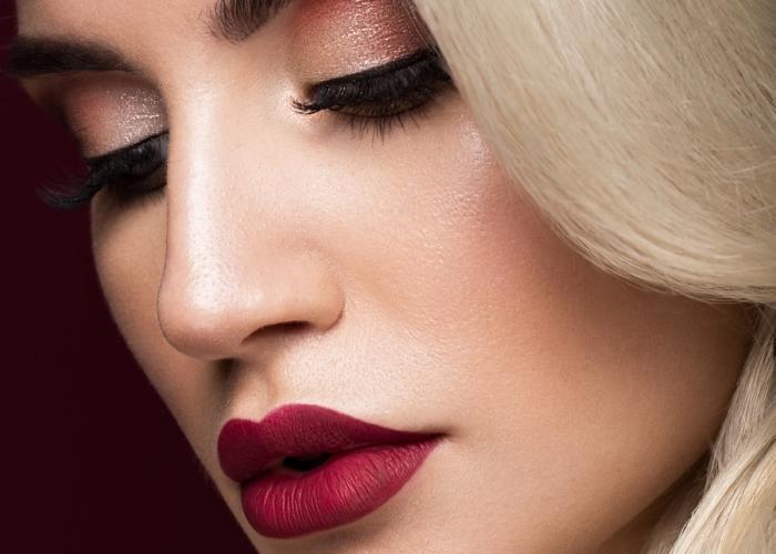 dunkelroter lippenstift matt lippenstift lidschatten blonde haare lange wimpern gesicht von einer frau