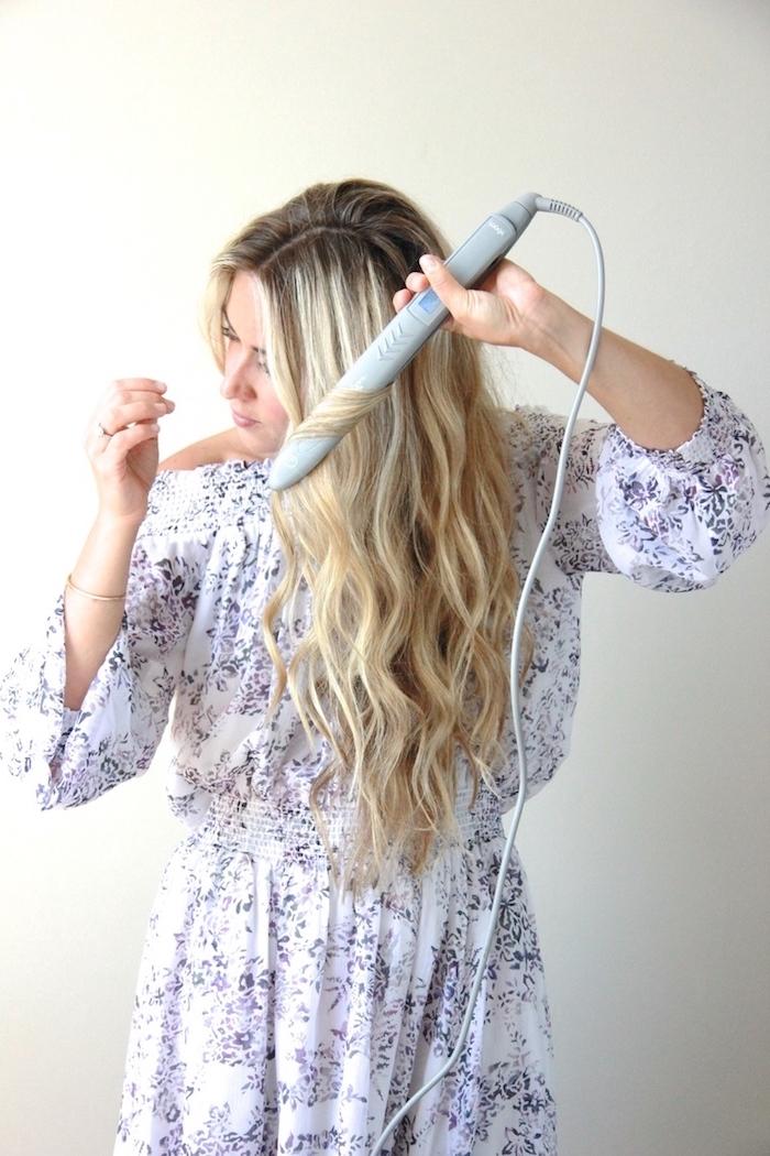 frau mit langen blonden haaren, lockige haare selber machen, lockenstab, bequemes breites kleid zu hause