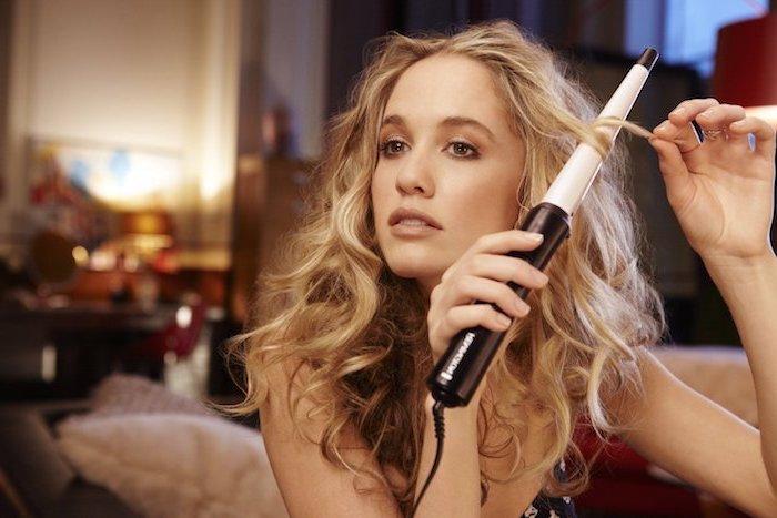 frau mit mittellangen haaren, locken selber machen, lockenstab, blonde haare stylen