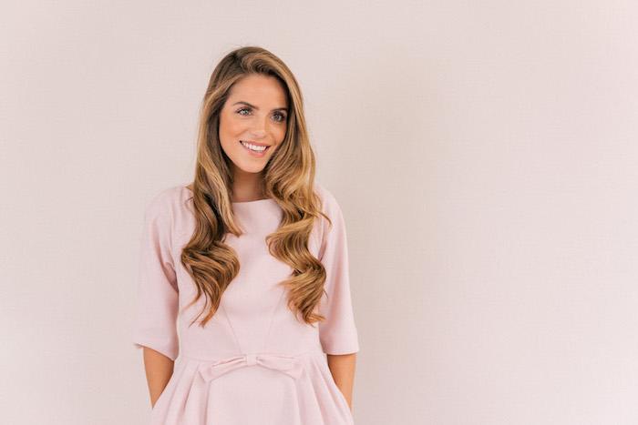 dicker lockenstab, schöner retro look dezentes outfit in rosa dunkelblonde haare model schöne frau