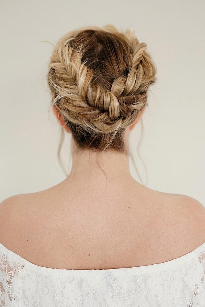 Hochsteckfrisur für lange Haare, Zopfkranz selber flechten, dunkelblonde Haare
