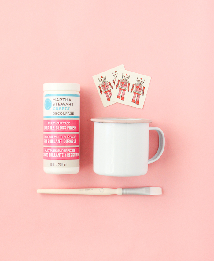 Lustige Tassen selbst gestalten, dazu brauchen Sie eine weiße Tasse, Klebetattoos und Kleber