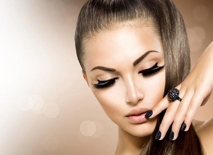 Lidstrich und künstliche Wimpern, matter Lippenstift, lange glatte Haare in Pferdeschwanz, schwarzer Nagellack, Ring mit schwarzen Steinchen