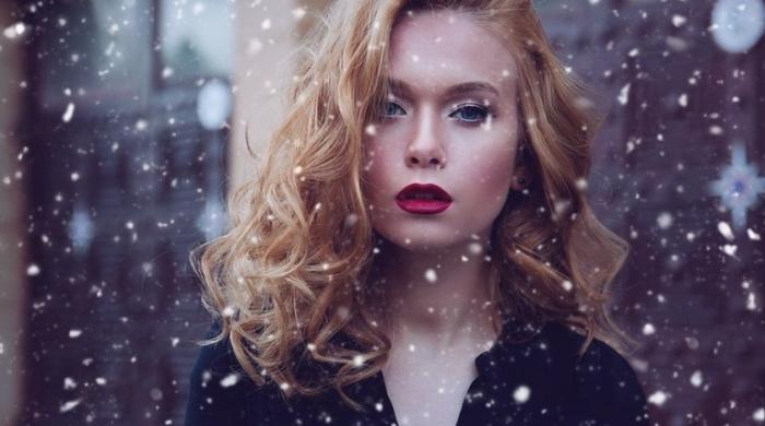 mittellange dunkelblonde haare mit roten nuancen, welcher lippenstift passt zu mir, bild im schnee, schneeflocken