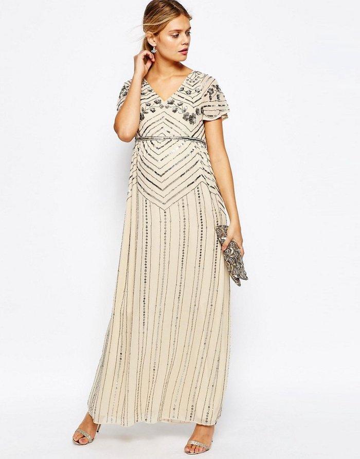 abendkleider für hochzeit beiges kleid silbern idee blonde dame clutch sandalen silberne schuhe