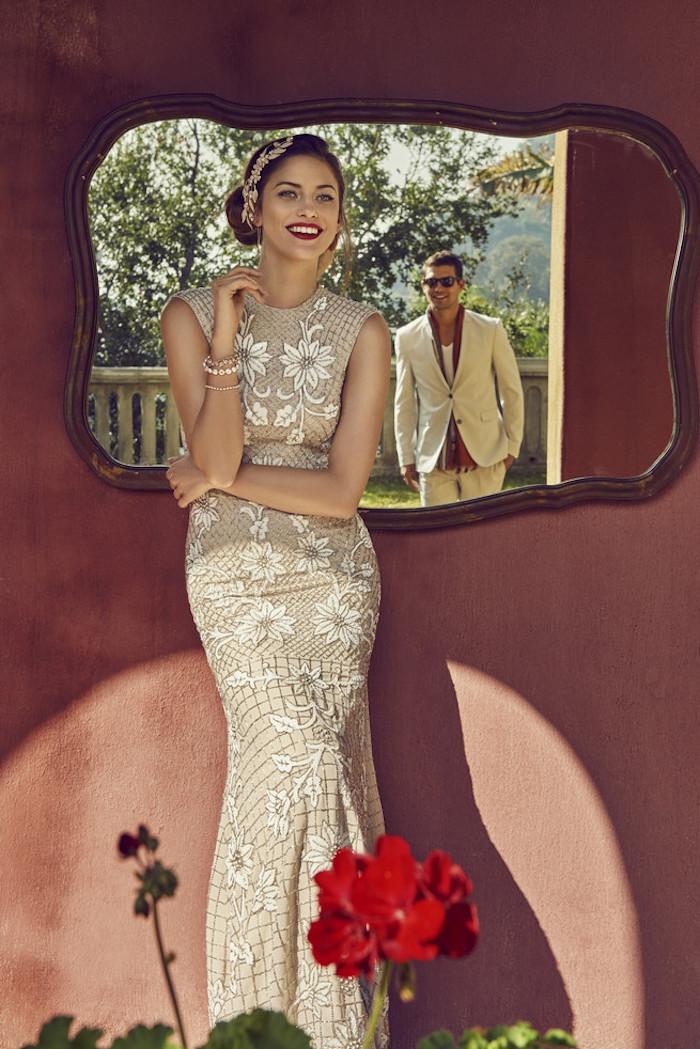 Retro Inspiration für Bräute, Meerjungfrau Kleid mit Spitzenelementen, seitliche Dutt Frisur mit goldenem Haarschmuck