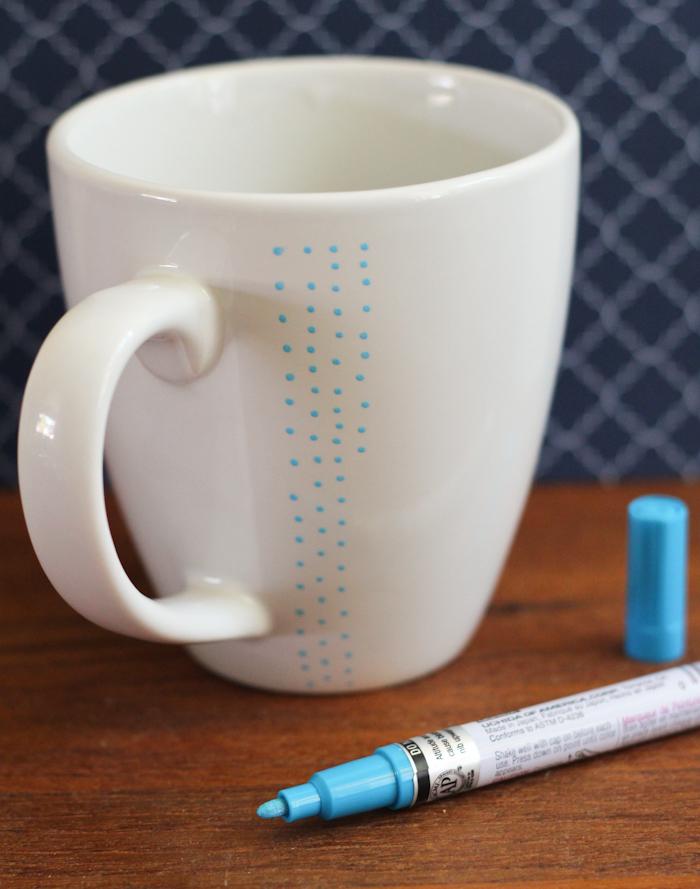 Kleine blaue Punkte auf einer weißen Porzellantasse, schnelle und einfache DIY Idee