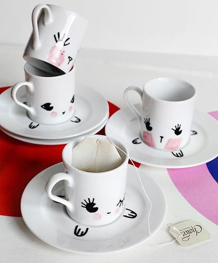 Weiße Porzellantassen als Hasen, Augen und Pfoten mit schwarzem Permanentmarker aufzeichnen, Wangen mit rosa Porzellanfarbe