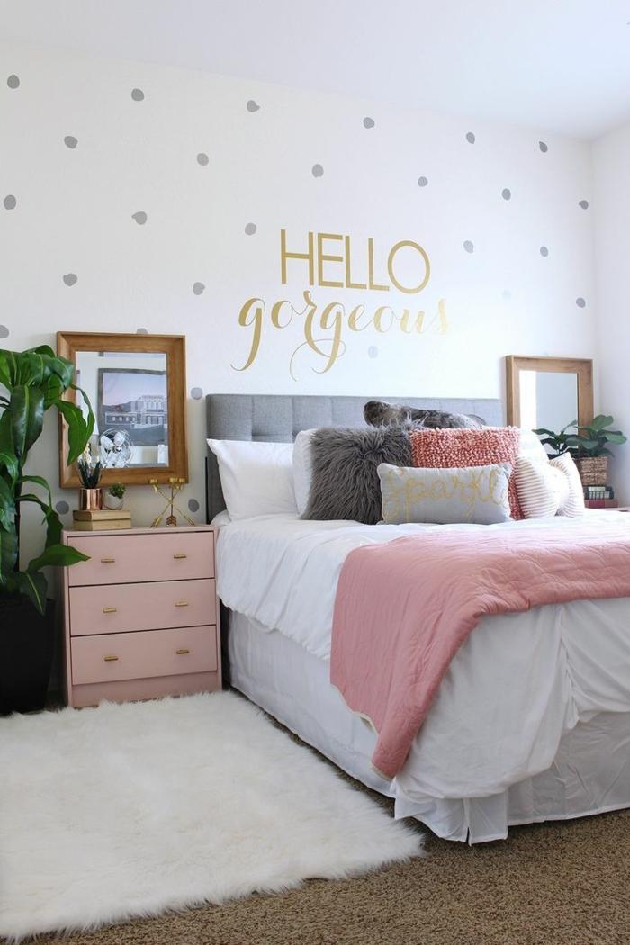 moderne Zimmer für Mädchen, rosa Bettwäsche und ein Wandtattoo mit einer Botschaft