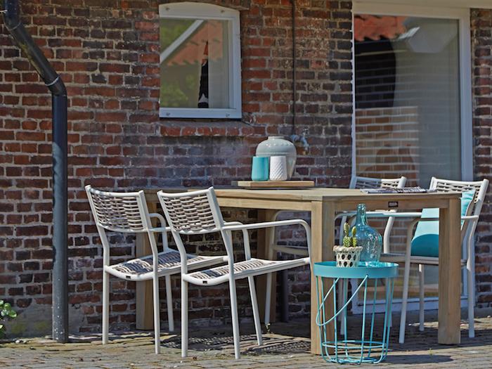 ein bild von den gartenmöbeln, gartenmöbel set für die terrasse einfach und kreativ ausgetragener look