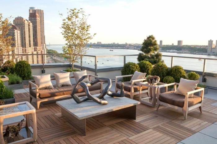 ein Sofa und zwei Sessel, ein Tisch aus Holz, eine Skulptur auf dem Tisch - Terrassen Ideen Bilder
