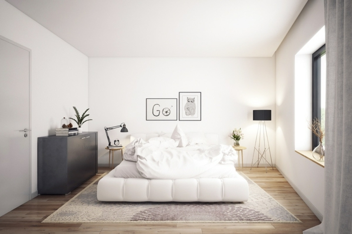 weißes Bett mit weißer Bettwäsche, ein graues Regal, zwei Lampen und Laminat Boden, Schlafzimmer Ideen