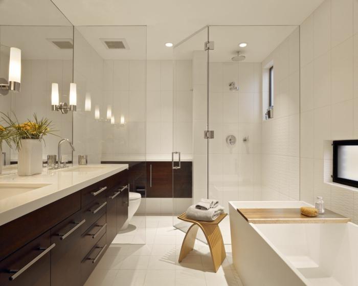 schlaue Raumtrennung in Badezimmer, die Dusche ist von der Wanne und Becken abgetrennt