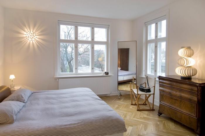 Spiegel zwischen zwei Fenster, zwei Lampen, eine runde und eine ausgefallene, Schlafzimmer Ideen