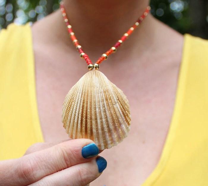 muscheln nordsee, blauer nagellack, selbstgemachte halskette aus muschel und roten perlen