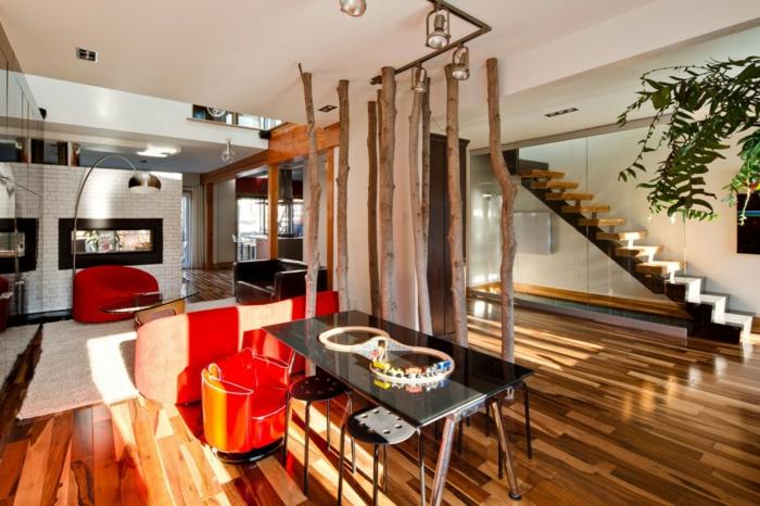 Baumstämme bilden eine Trennwand in einer minimalistischen Wohnung, Raumteiler Ideen