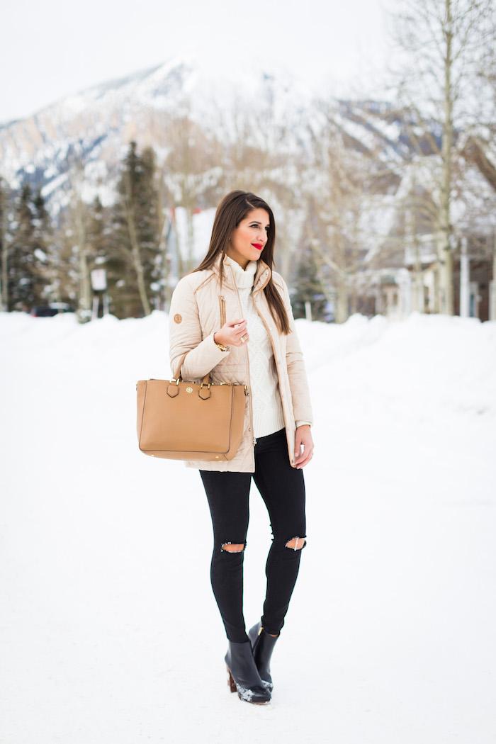 neueste modetrends, schwarze jeans, gestrickter creme pulli, beige winterjacke