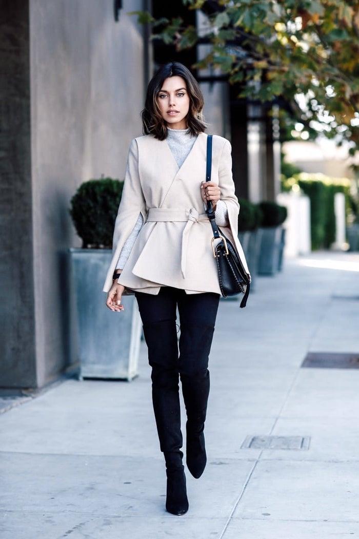 neueste modetrends, frauenmode 2018, schwarze hose, beige jacke, schulterllange haare