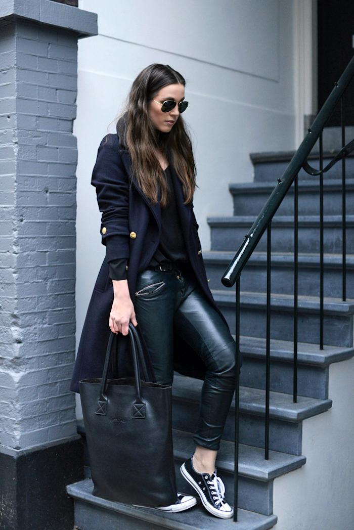 neueste modetrends, sportlich-eleganter alltags-outfit in schwarz, große tasche, sportschuhe