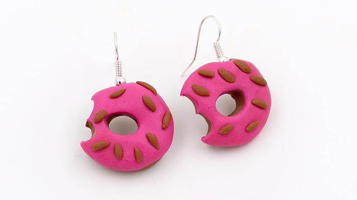 fimo ideen für zwei kleine ohrringe mit kleinen pinken donuts aus einer pinken fimo knete, fimo schmuck