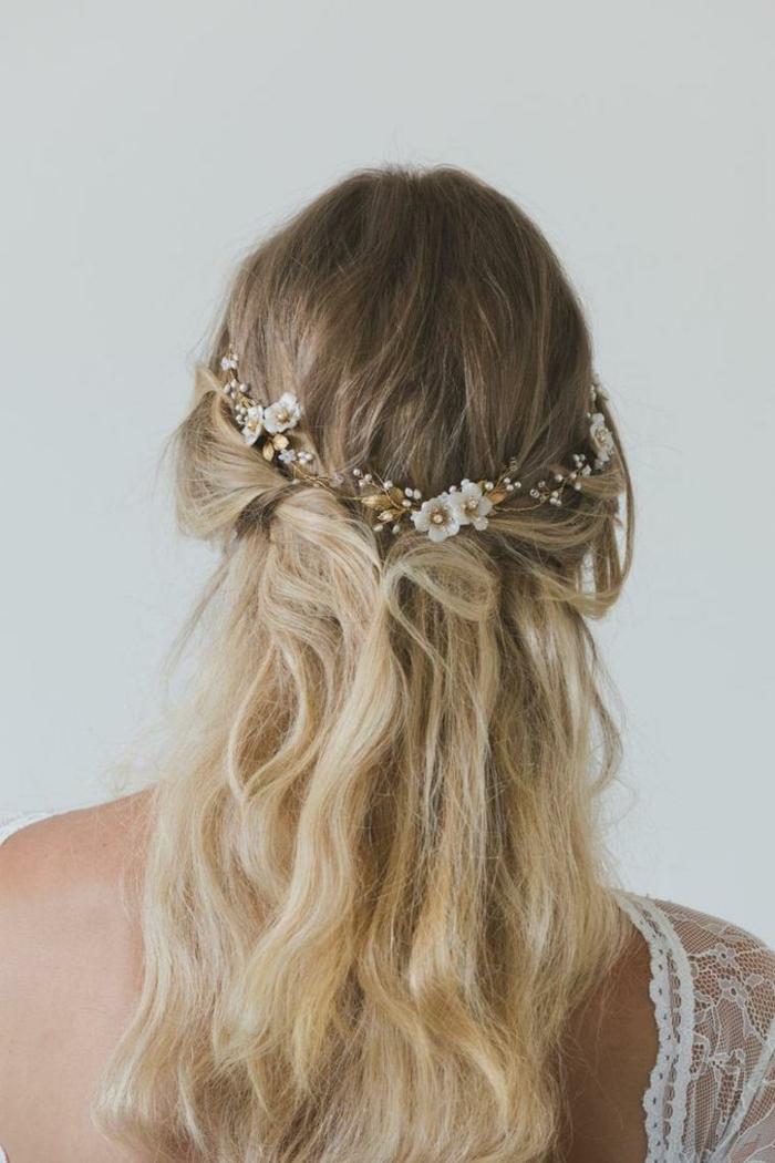 Ombre Blond Haare, Zopf am Genick, zärtlicher Haarschmuck mit kleinen Blumen, Flechtfrisuren, lange Haare