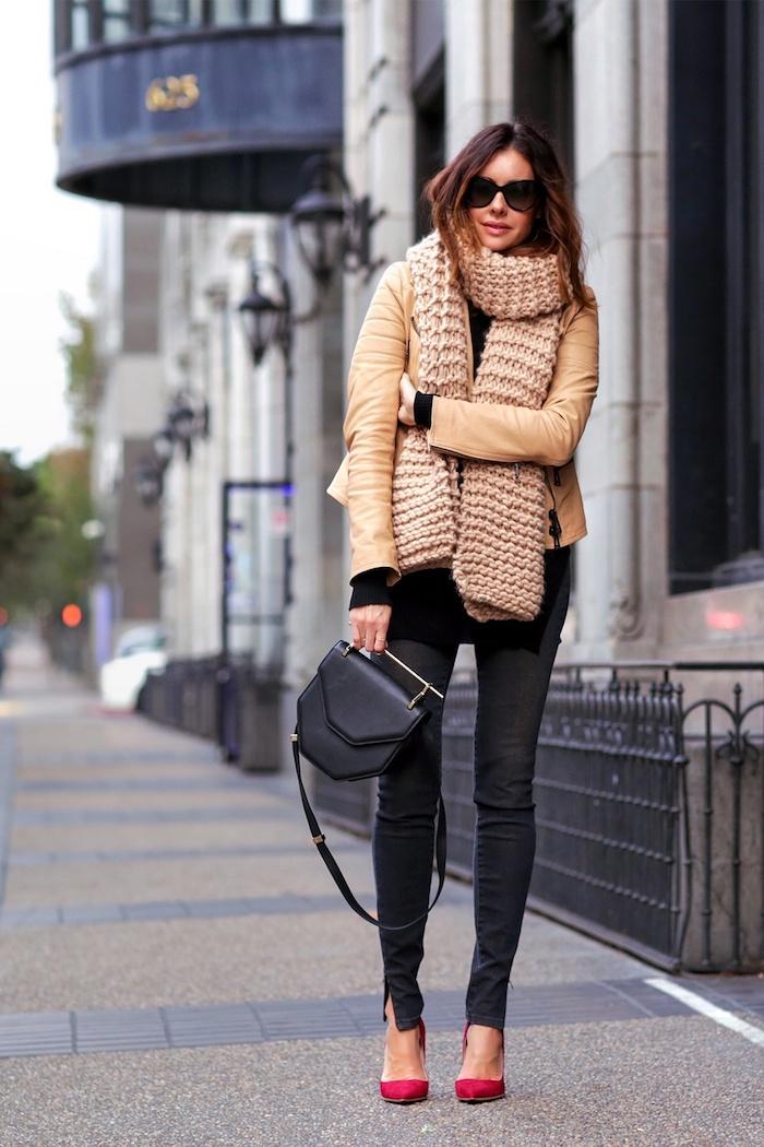 outfit zusammenstellen, beige ledejacke mit großem getricktem schal, schwarzen jeans und roten schuhen