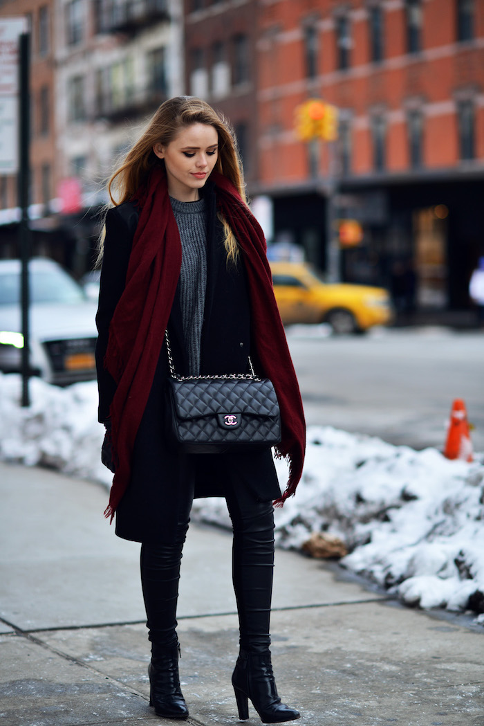 outfit zusammenstellen, winter outfit in schwarz und grau, dunkelroter schal
