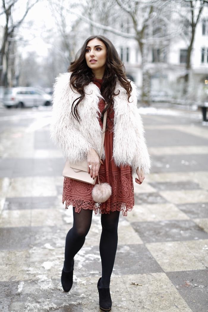 outfit zusammenstellen, rotes kleid mit spitze, weiße felljacke, frisur mit locken