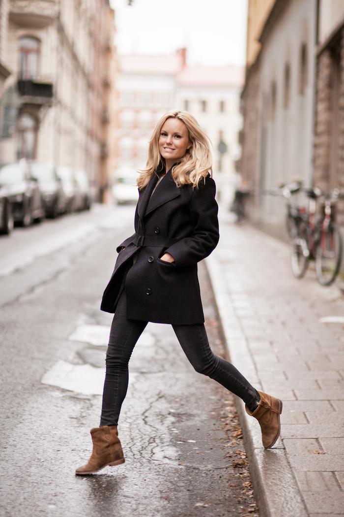 outfit zusammenstellen, winter outfit in schwarz, beige schuhe, platin-blonde schulterlange haare