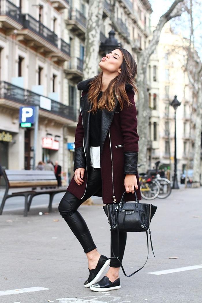 outfit zusammenstellen, dunkelroter mantel mit elementen aus schwarzem leder, alltags-outfit