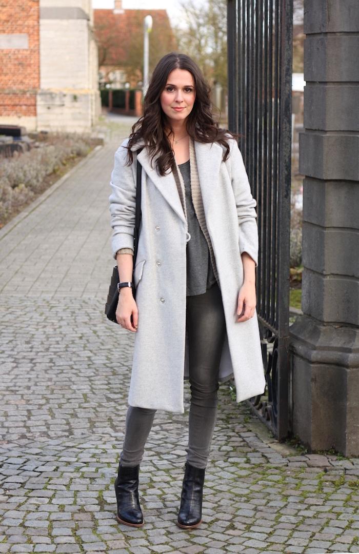 outfits frauen, alltags-outfit in grau, hellgrauer mantel, dunkelgraue jeans
