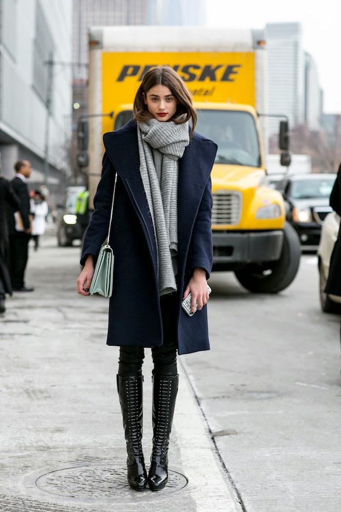 outfits frauen, wintermode für frauen, dunkelblauer mantel kombiniert mit großem schal und schwarzen stiefeln