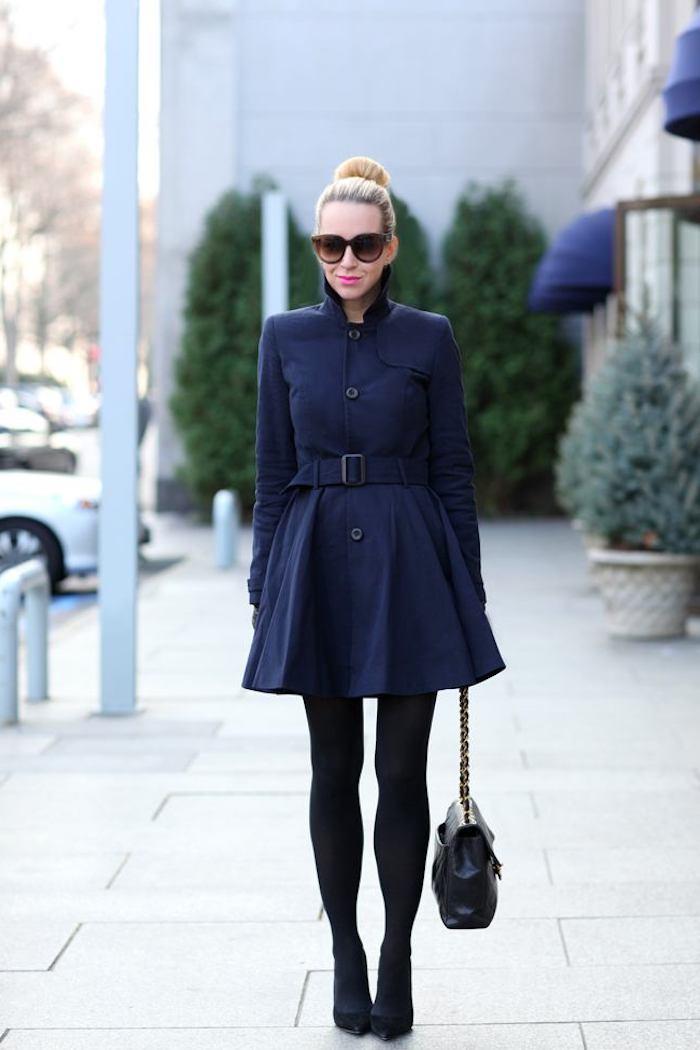 outfits frauen, dunkelblauer mantel, rosa lippenstift, hochsteckfrisur